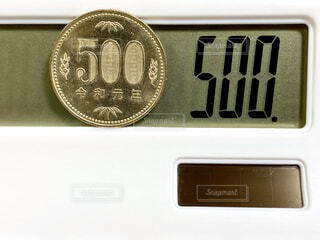 500円玉と電卓の写真・画像素材[4626622]