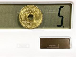 5円玉と電卓の写真・画像素材[4629814]