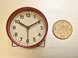 時計と500円玉の写真・画像素材[4637952]