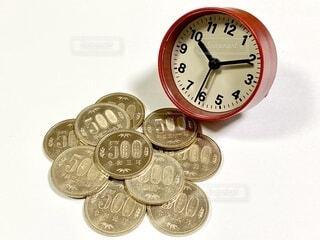 500円玉と時計の写真・画像素材[4653843]