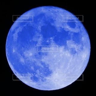 青い月の写真・画像素材[4835098]