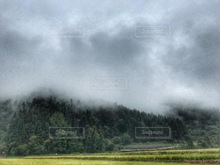 濃霧に包まれた山々。 - No.800634