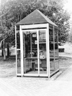 モノクロームの公衆電話の写真・画像素材[1525707]