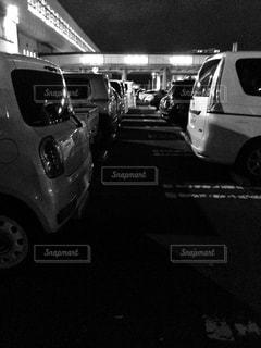 夜の駐車場の車列。の写真・画像素材[2557813]