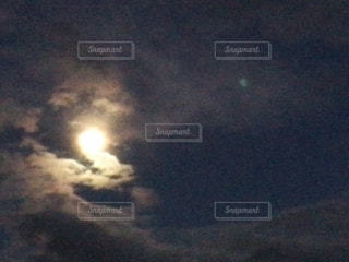 曇り空と月の写真・画像素材[2708035]