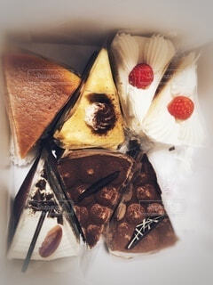 箱に入っているいろんな種類のカットケーキ。の写真・画像素材[3971968]