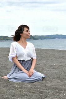 海岸で黄昏る女性の写真・画像素材[686023]