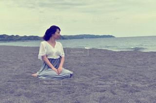 海岸に座る女性の写真・画像素材[686024]