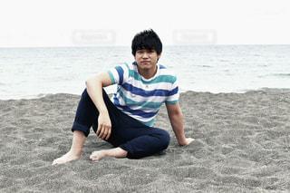 海岸に座る男子2の写真・画像素材[686025]