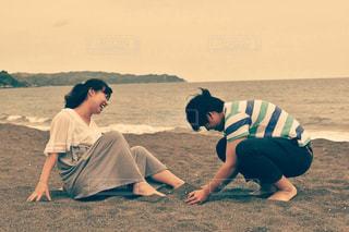 海岸で遊ぶカップルの写真・画像素材[686027]
