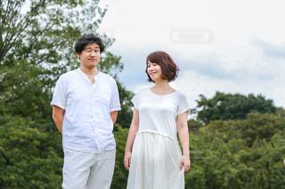 白い服カップルの写真・画像素材[886844]
