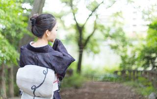 公園で後ろを向いた着物姿の女性の写真・画像素材[887026]