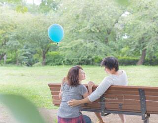 公園のベンチのカップルの写真・画像素材[887052]