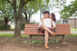 公園のベンチに座っている女性の写真・画像素材[887054]