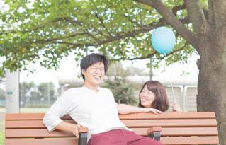 ベンチに座って笑いあうカップルの写真・画像素材[887055]