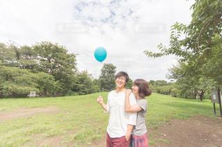 笑顔な公園デートの写真・画像素材[887063]