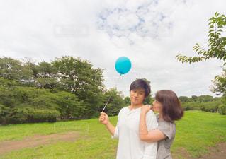 風船持って公園デートの写真・画像素材[887070]