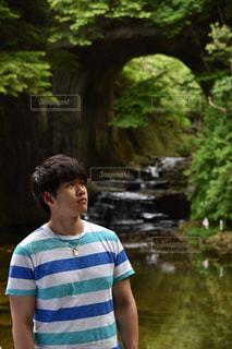 川の横に立っている人の写真・画像素材[887076]