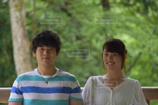 公園に立っている人々 のカップルの写真・画像素材[887080]
