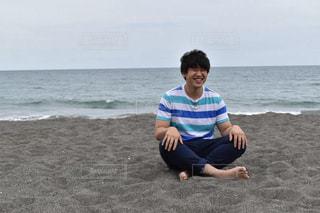 浜辺でフリスビー男の写真・画像素材[887089]