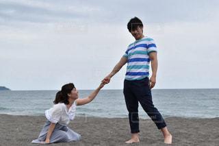 海岸で手を差し出す男性の写真・画像素材[887094]