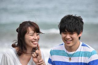 ビーチの隣に立っている女の子のカップルの写真・画像素材[887096]