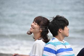 浜辺で背中合わせカップルの写真・画像素材[887101]