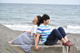 海岸で寄り添うカップルの写真・画像素材[887102]
