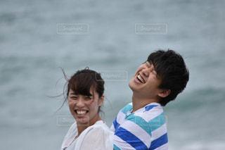 笑いあうカップルの写真・画像素材[887103]