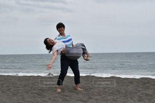砂浜でお姫様抱っこの写真・画像素材[887105]