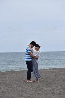 抱きあうカップルの写真・画像素材[887107]