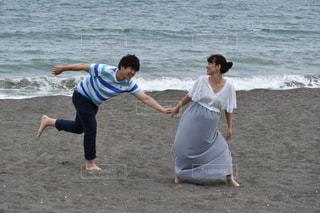 浜辺で手を引く楽しそうなカップルの写真・画像素材[887108]