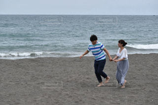 ビーチで走るふたりの写真・画像素材[887109]