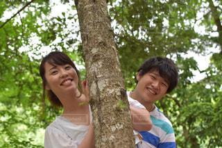 木から覗くカップルの写真・画像素材[887119]