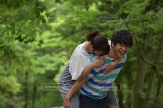 公園でおんぶカップルの写真・画像素材[887123]