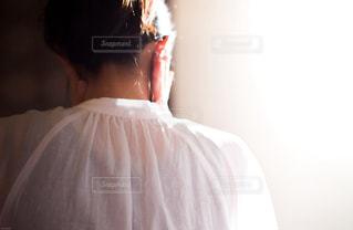 考える女性の後ろ姿の写真・画像素材[930157]