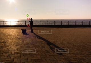 夕日と哀愁漂うピエロの写真・画像素材[930219]
