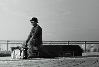 橋の上に立っている人の写真・画像素材[930223]