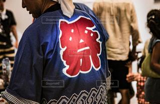 祭りのハッピを着ている男性の背中の写真・画像素材[930369]