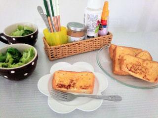 爽やかな朝のパンの写真・画像素材[930395]
