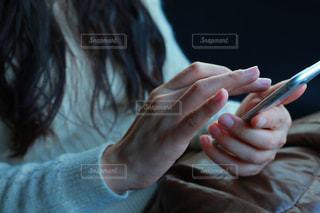携帯電話を持つ女性の手 - No.987380