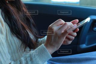 スマホで検索中 女性の指先の写真・画像素材[987381]