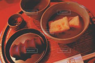 観光地で名物赤福食すの写真・画像素材[992579]
