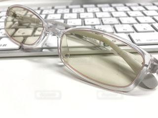 PCメガネとキーボードの写真・画像素材[1050384]