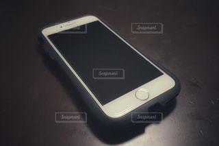 テーブルの上のスマートフォンの写真・画像素材[1519575]