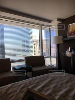 部屋の窓・ ベッド付きのベッドルームの写真・画像素材[750909]