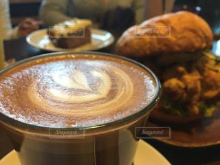 カフェ カフェラテ コーヒー ラテアート 女子会 おしゃれ ハート デザートの写真・画像素材[680157]