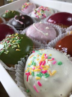 ドーナッツ デザート カフェ かわいい いちご チョコレート ドーナツ 午後 お菓子の写真・画像素材[680163]