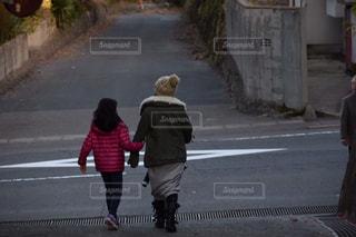通りを歩いている小さな女の子の写真・画像素材[2745870]