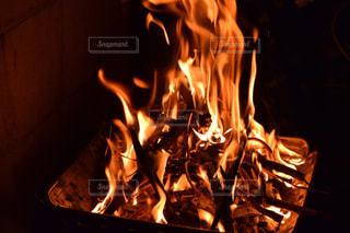 暖炉の隣に座っているストーブの上のオーブンの写真・画像素材[2746117]